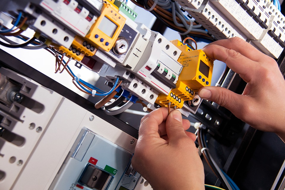Artisan électricien : les parcours pour passer de salarié à indépendant